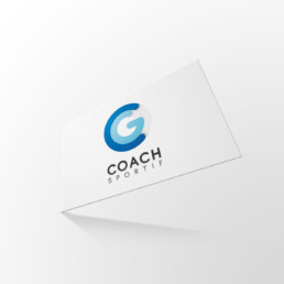 photo couverture de CG Coach Sportif : mise en situation du recto de la carte de visite sur fond gris clair