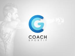 Logo de CG Coach Sportif avec, en fond sur fond dégradé gris clair, Cyril Gomez, le fondateur de l'entreprise