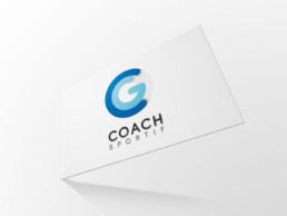 mise en situation du recto de la carte de visite CG Coach Sportif sur fond gris clair