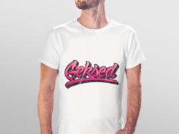 Mise en situation du graffiti Geksed sur un t-shirt blanc porté par un manequin.